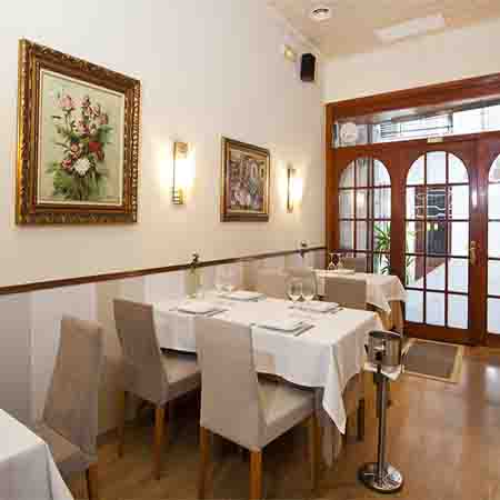 Es un clásico restaurante de Sitges, regentado por una de las personas que más ha estudiado la cocina sitgetana.