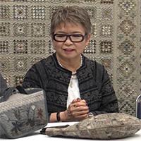 Yoko Saito es una quilter de gran éxito tanto en su país, Japón, como en el resto del mundo, por sus diseños de cálidos e intensos colores y también por lo cuidadoso de su realización. Es presidenta del Quilt Party de la ciudad de Ichikawa, en la prefectura de Chiba. Imparte clases y cursos de patchwork, además de publicar artículos en revistas y de colaborar en programas de televisión. Es autora de numerosos libros de patchwork traducidos a varios idiomas. En esta misma editorial ha publicado Bolsos y accesorios de patchwork japoneses.